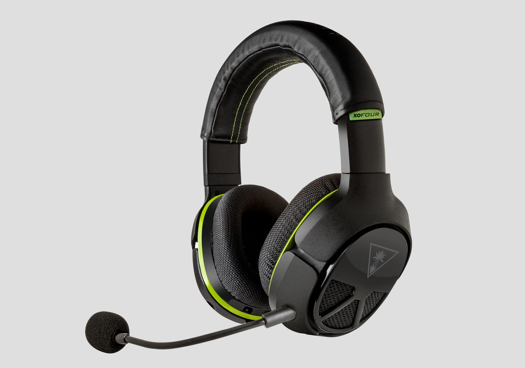 Billedet viser et Turtle Beach XO Four headset til Xbox One med mikrofonen sat til.